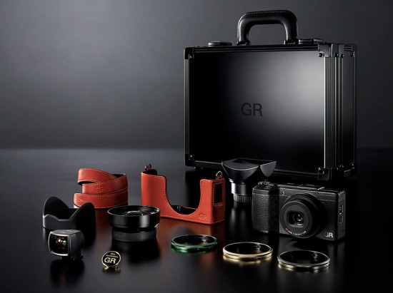 Ricoh-limited-edition-GR-II-kit-2